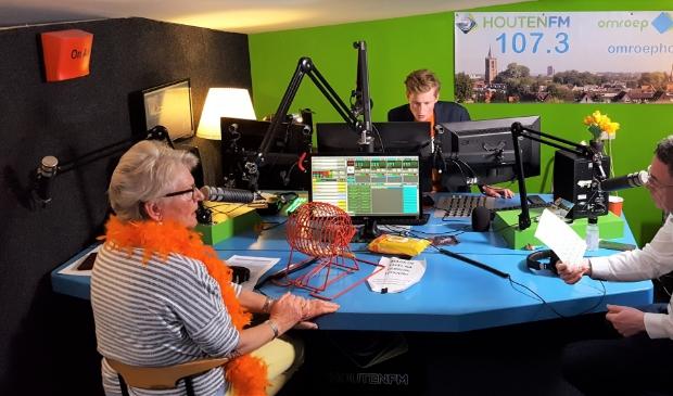 <p>Huiskamerbingo vanuit de studio van Omroep Houten</p>