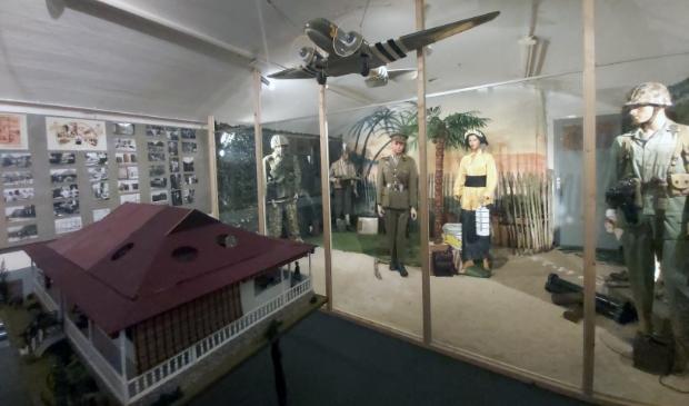 Een diorama met de uniformen die de KNIL- en andere militairen droegen.