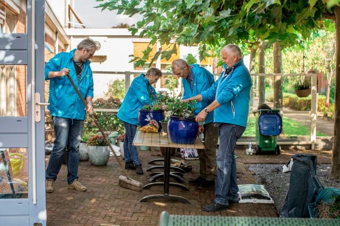 Christenunie aan het werk in de tuin van de Lange Wei