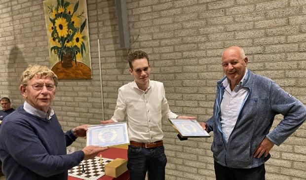 <p>Ben Zee (links) en Ben Verduyn krijgen de oorkondes behorende bij het erelidmaatschap uitgereikt door secretaris Jim Pronk.</p>