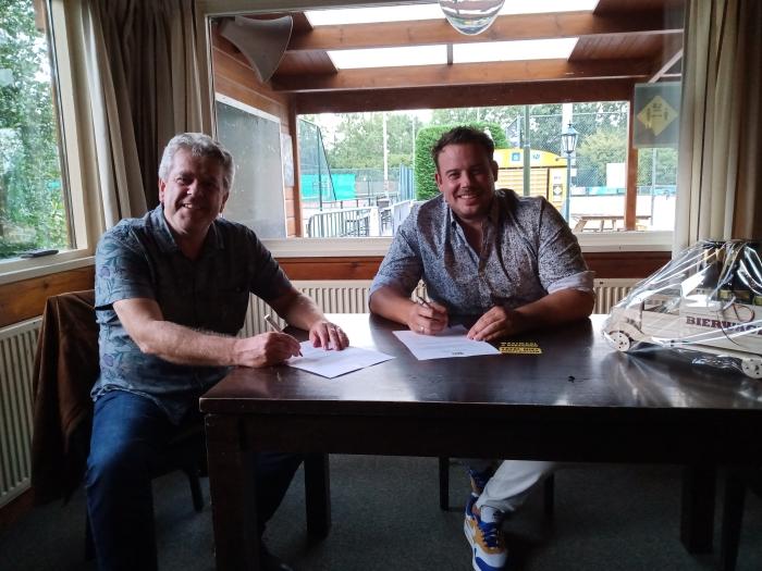 Links Frank Verweij, penningmeester TV De Bree en rechts namens Methorst Projecten B.V. Joost Dekker.