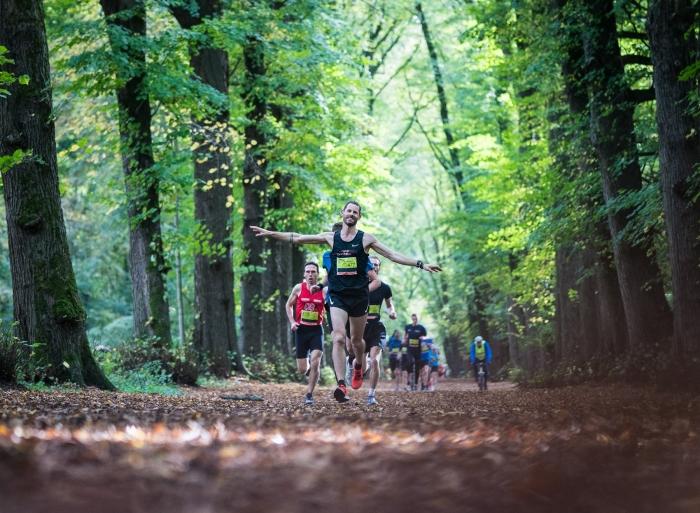 Deelnemers in het Groenendaalse bos tijdens Heemstede Loop