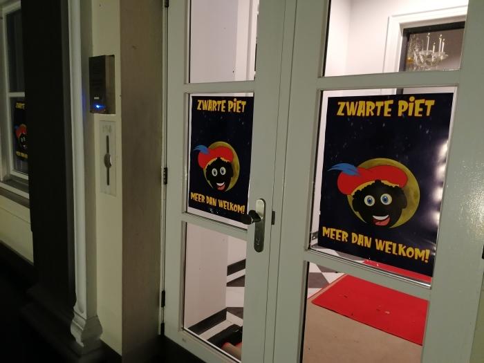 Posters op de ramen van het gemeentehuis geplakt  Zwarte Pieten Actiegroep  © BDU media