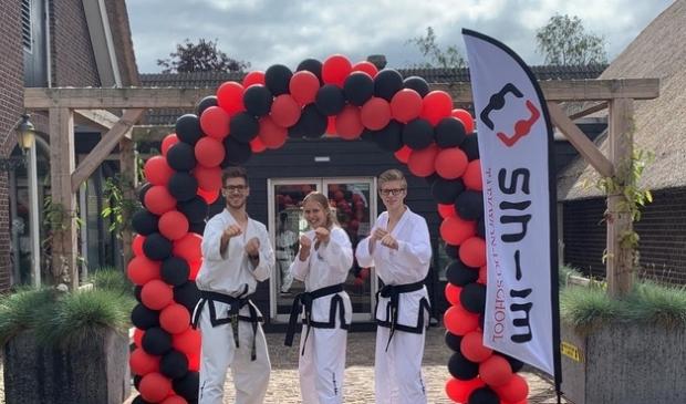 <p>Van links naar rechts de Taekwon-Do leraren van Sin-im, Jasper Knaack, Marjolijn van der Boon-Klarenbeek en Marc van der Boon.</p>