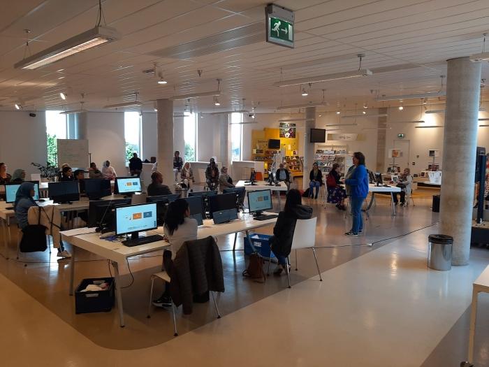 Deelnemers volgen de workshop Oefenen.nl tijdens de Dag van het Lezen & Schrijven