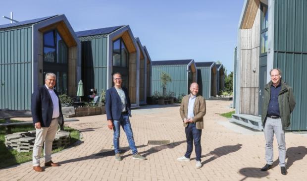 <p>V.l.n.r. Wethouder Wim Oosterwijk, wethouder Harke Dijksterhuis, gedeputeerde Peter Kerris (Provincie Gelderland) en Peter Toonen (directeur-bestuurder Woningstichting Nijkerk) bij de 'opstapwoningen' (Tiny Houses) in Nijkerk.</p>