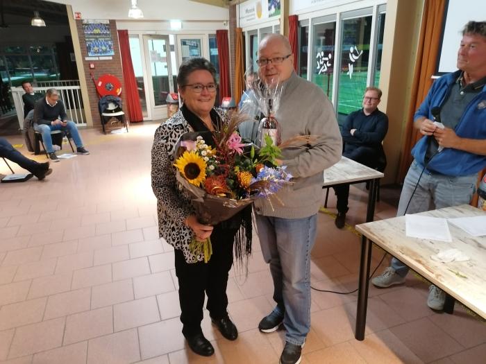 Het kersverse lid van verdienste werd in bloemen gezet Peter Beijer © BDU media