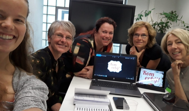 De initiatiefgroep, v.l.n.r. Mieke (buurtsportcoach), Lia (Centrum voor Elkaar), Christine (QuaRijn) Margriet (Bibliotheek Idea) en Femke (Krachtig Krommerijn