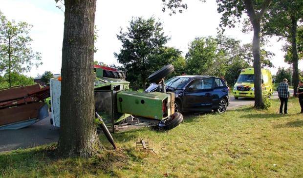 <p>Bij een aarijding in Kootwijkerbroek kwam donderdagmiddag de tractor op de zijkant terecht.</p>