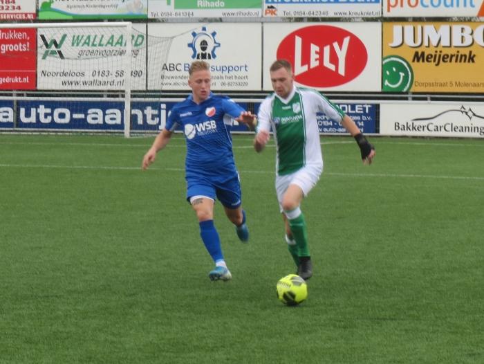 Aron Eijkelboom in duel met VVAC Teus Stam © BDU media