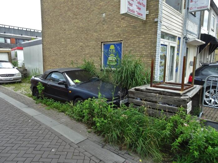 Oude auto geparkeerd