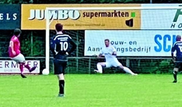 <p>Robin Elverding ziet zijn inzet van elf meter gestopt door de doelman</p>