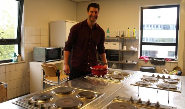 <p>Student Elias Denys in de woonkeuken van De Lichtpen in De Hoef-West.&nbsp;&nbsp;</p>