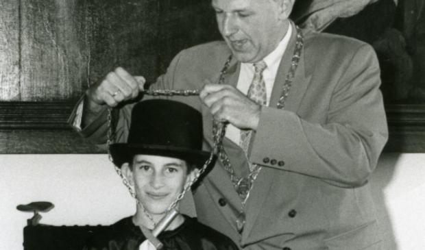 Op het Timmerddorp werd ieder jaar een kinderburgemeester geinstalleerd, op de foto burgemeester Piet IJssels die in 1993 de elfjarige Remon de Wijngaert van de Nieuwe Schutter installeert