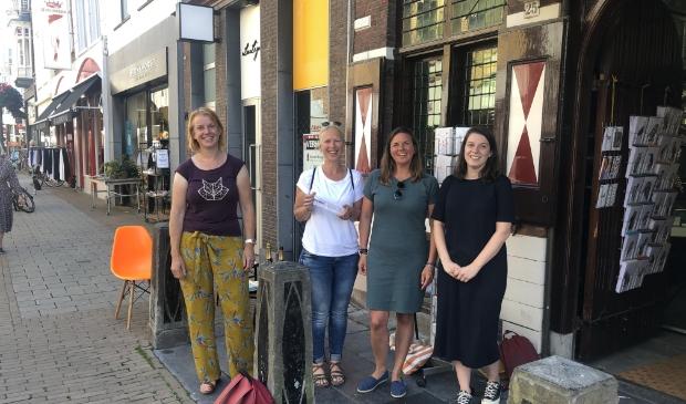De schrijvers van Toen het oorlog was voor de Mandarijn. Van links naar rechts: Annemiek de Groot, Liesbeth Rosendaal, Juul Lelieveld en Roos Jans.