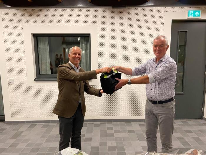 Overhanidging van AED Domicilie makelaars aan VVE Bloemkwartier  Platform Simon Stevin © BDU Media
