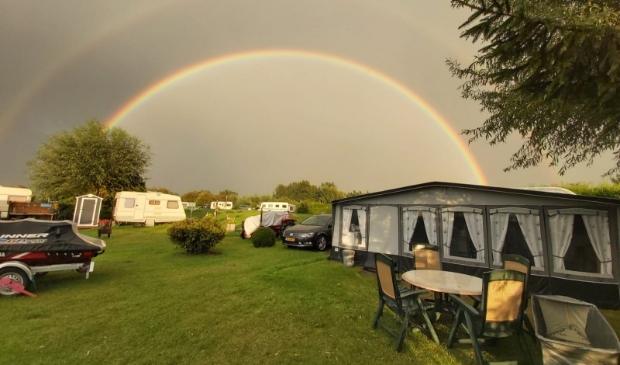 Een mooie regenboog tussen de buien op camping de Koekoek.