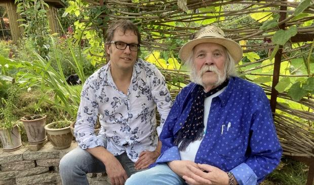 <p>Peter Blanker (rechts) naast Izak Boom, met wie hij een nieuwe cd heeft opgenomen.</p>