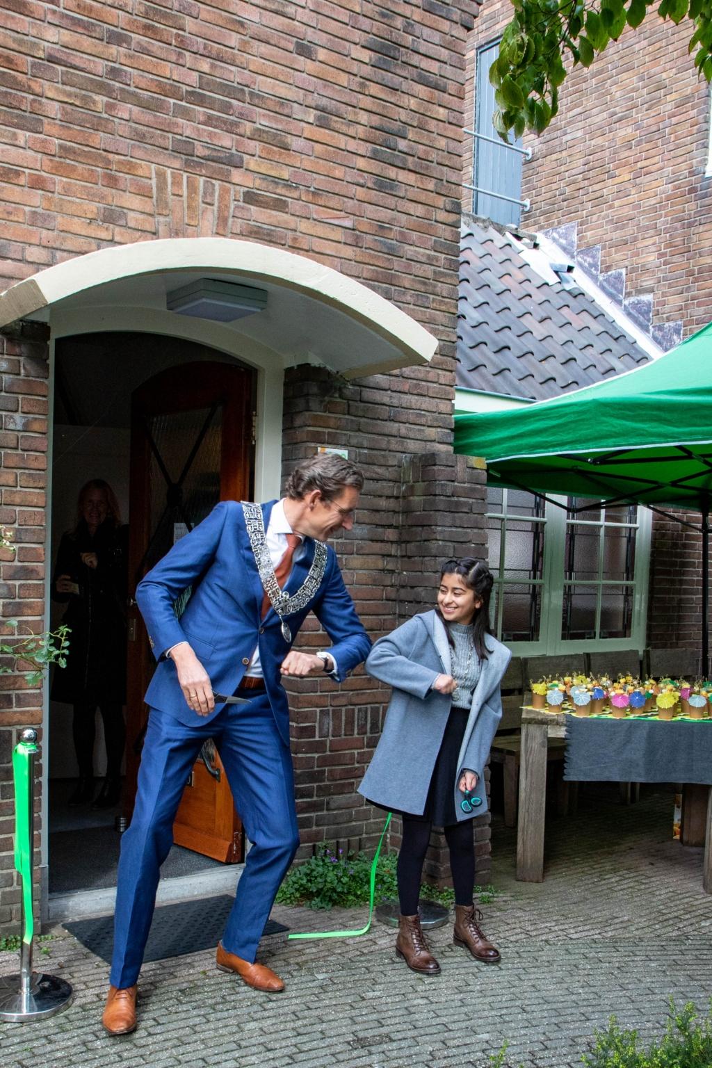 De burgemeester en kinderburgemeester begroeten elkaar coronaproof.  Stadsdorp Elsrijk © BDU media