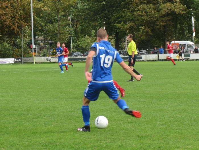 Danny van den Bout (19) speelt de bal Teus Stam © BDU media