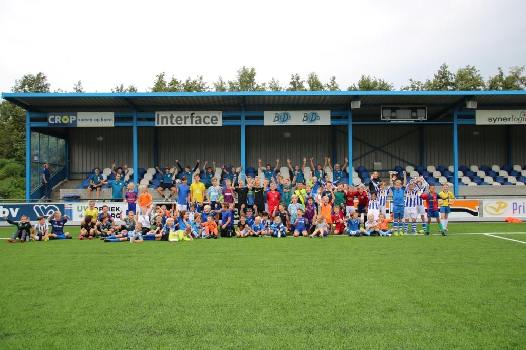 <p>Alle deelnemers aan de FC Utrecht Experience Voetbaldag op de foto</p> <p>Fotokring Flits </p> © BDU media