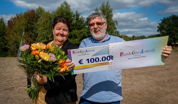 <p>Jan en Jolanda winnen een mooie prijs bij de BankGiro Loterij</p>