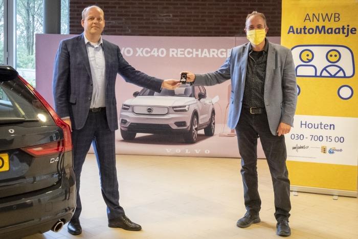 Coördinator Paul de Kruijf overhandigt het symbool van vrienden van ANWB Automaatje Houten aan Willem Lugard van Volvo Verkerk