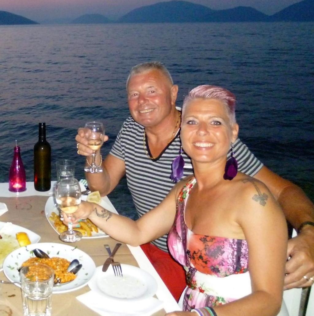 <p>Gerard en Natasja Peijer met mooi weer op Kefalonia.</p> <p>Familie Peijer</p> © BDU Media