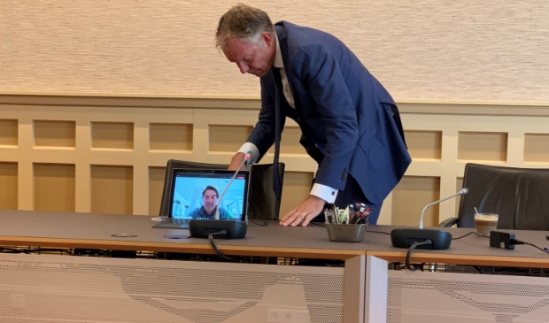 <p>Burgemeester Mark R&ouml;ell overlegt met wethouder Hugo Prakke.</p>