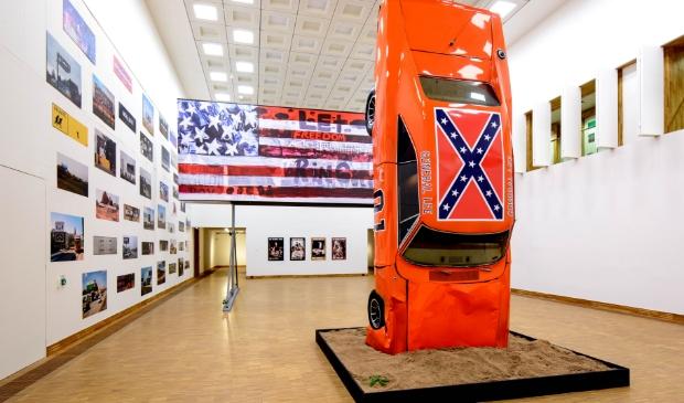 Zaaloverzicht van 'This Is America | Art USA Today' in Kunsthal KAdE met o.a. de gecrashte versie van de 'General Lee'.