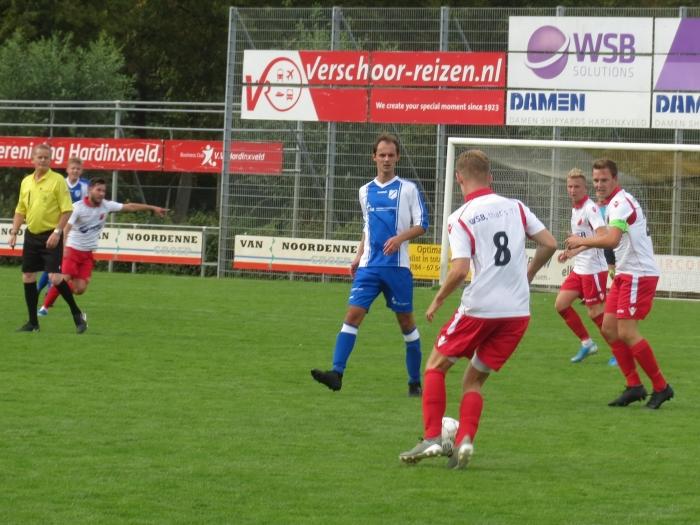 Cezary van Es (8) gaat de bal tegen VVAC inspelen Teus Stam © BDU media
