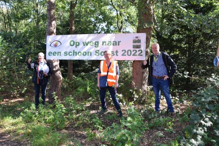 Rob Kleinegris van Stichting VAnG, wethouder Aukje Treep en Anne Breemer (gastheer van Stayokay) zijn vol goede moed voor Schoon Soest 2022