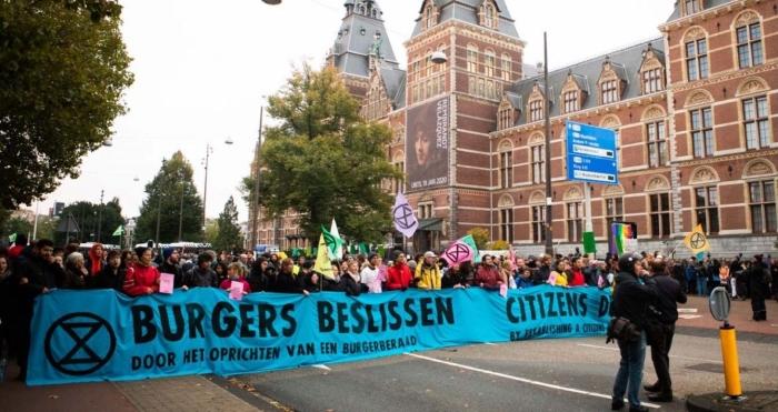 Bezorgde burgers blokkeren Stadhouderskade in Amsterdam