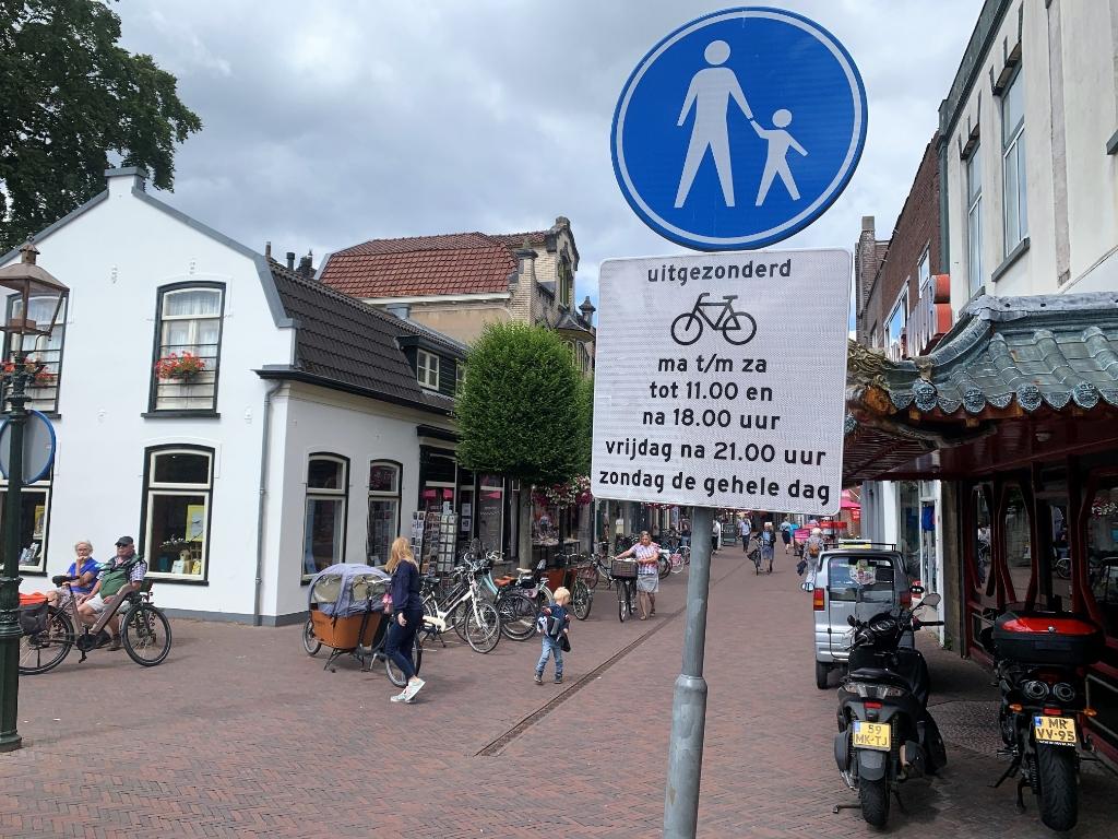 <p>In de Laanstraat valt ook heel wat te lezen.</p> Baarnsche Courant  © BDU media