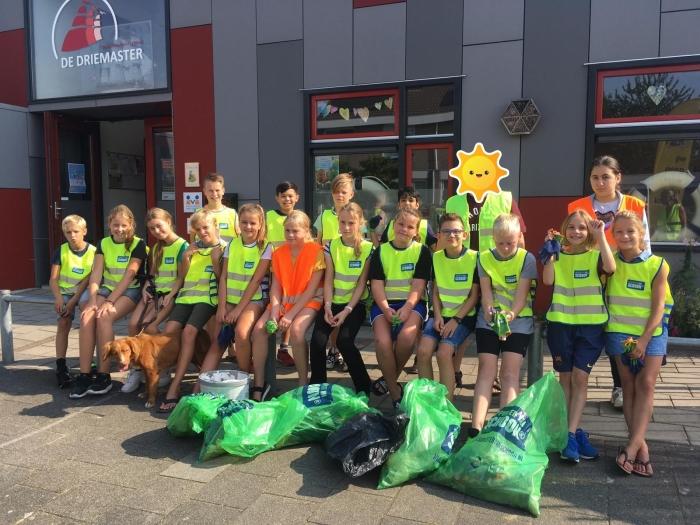 Groep 7/8 van De Driemaster na het opruimen van de Westwijk.