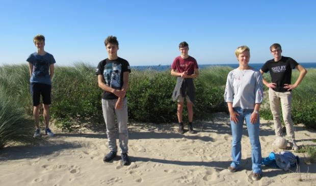 Van links naar rechts: Jesse Fitié, Rafaël Houkes, Jippe Hoogeveen, Hanne Snijders en Tjeerd Morsch in Egmond aan Zee, waar zij de wedstrijd maakten. Jovan Gerbscheid ontbreekt op de foto.