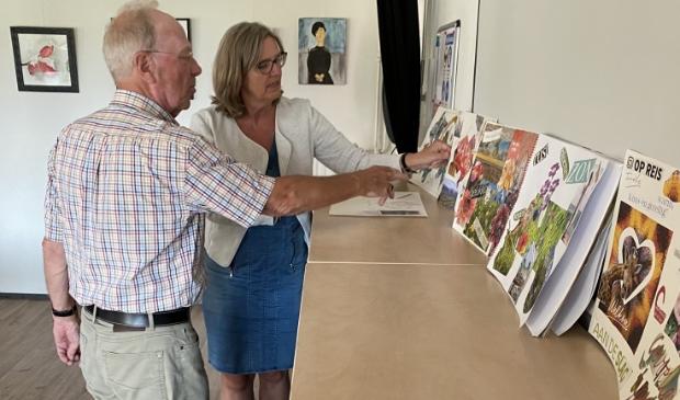 <p>Maaike Slierings van Odensehuis Overveen / Welzijn Bloemendaal en Herrie Weber van de KBO bekijken de gemaakte &lsquo;moodboards&rsquo;. </p>