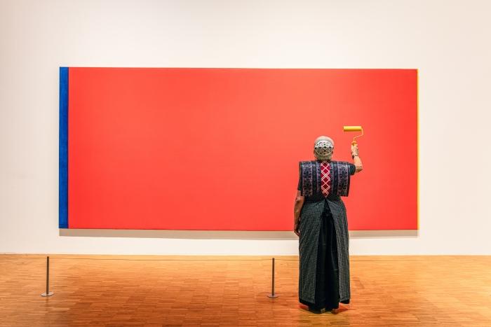 Hendrikje met gele verfroller voor Who's Afraid of Red, Yellow and Blue III van Barnett Newman