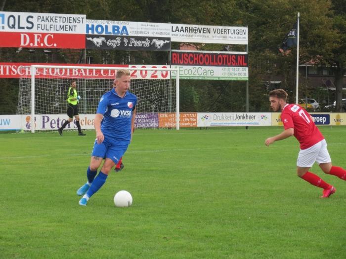 Aron Eijkelboom aan de bal tegen DFC Teus Stam © BDU media