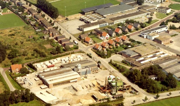 <p>Een luchtfoto van Ede-Zuid uit de jaren zestig. Met de Zandlaan (onderaan), Oude Kerkweg en Reehorsterweg en de sportvelden van vv Ede (nu een woonwijk).</p>