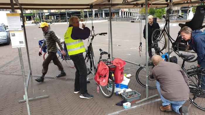 Reparatie van fietsverlichting op Het Rond