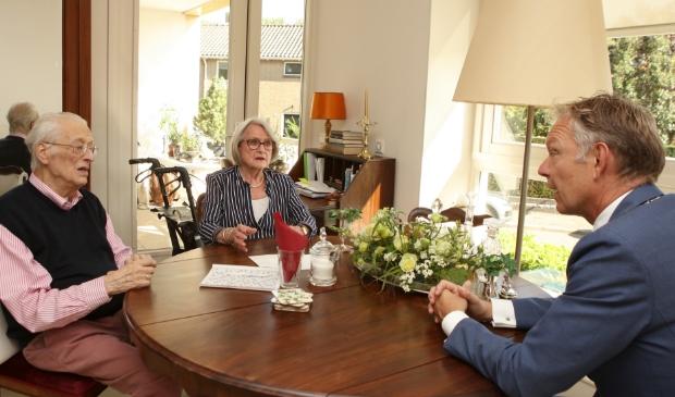 <p>Bob en Anneke Hemerik kregen gisteren bezoek van burgemeester Mark R&ouml;ell.</p>