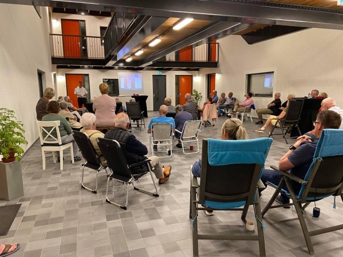 Bewoners luisteren naar verhaal Brandweer Ede Platform Simon Stevin © BDU Media
