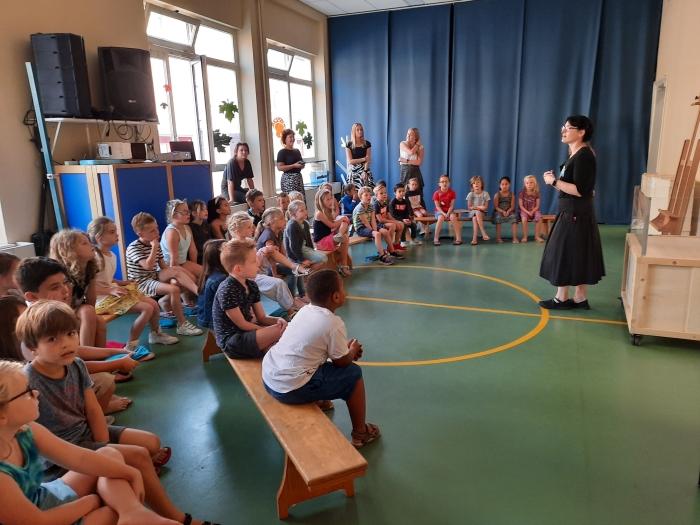 Leonie Hulsman van Boijmans geeft uitleg bij de Kunst in de klas. A. van Hofwegen © BDU Media