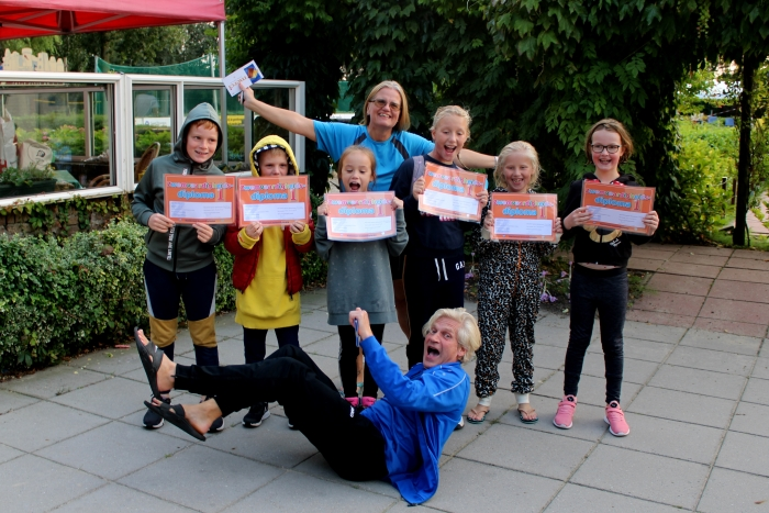 De kinderen die het diploma Zwemvaardigheid 1 hebben behaald met hun badjuffrouw en badmeester.