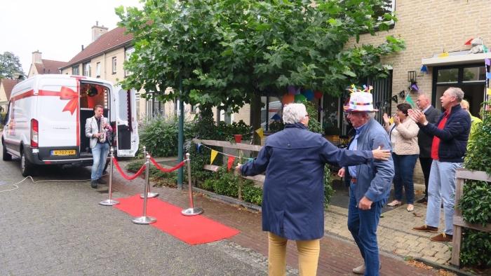 Wim en Jolijda Berkhout en de saxofonist van feestje cadeau