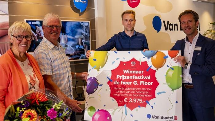 Algemeen Directeur Paul Vondenhoff reikt hoofdprijs uit Van Boxtel hoorwinkels © BDU media