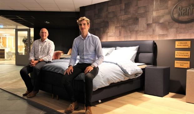 Rien Buitink (links) en Ernesto Kooij heten iedereen welkom in de sfeervolle showroom.