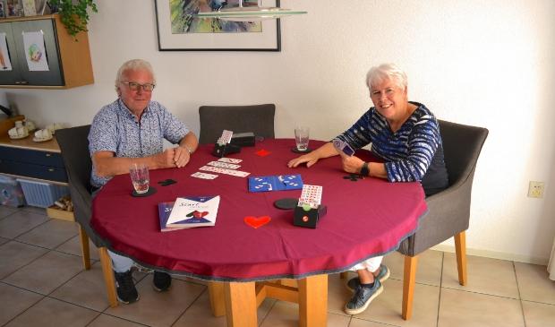 Wiebe van der Velde (l) en Hetty Adolfs: ,,Bridgen leren doe je met de kaarten in de handen.''