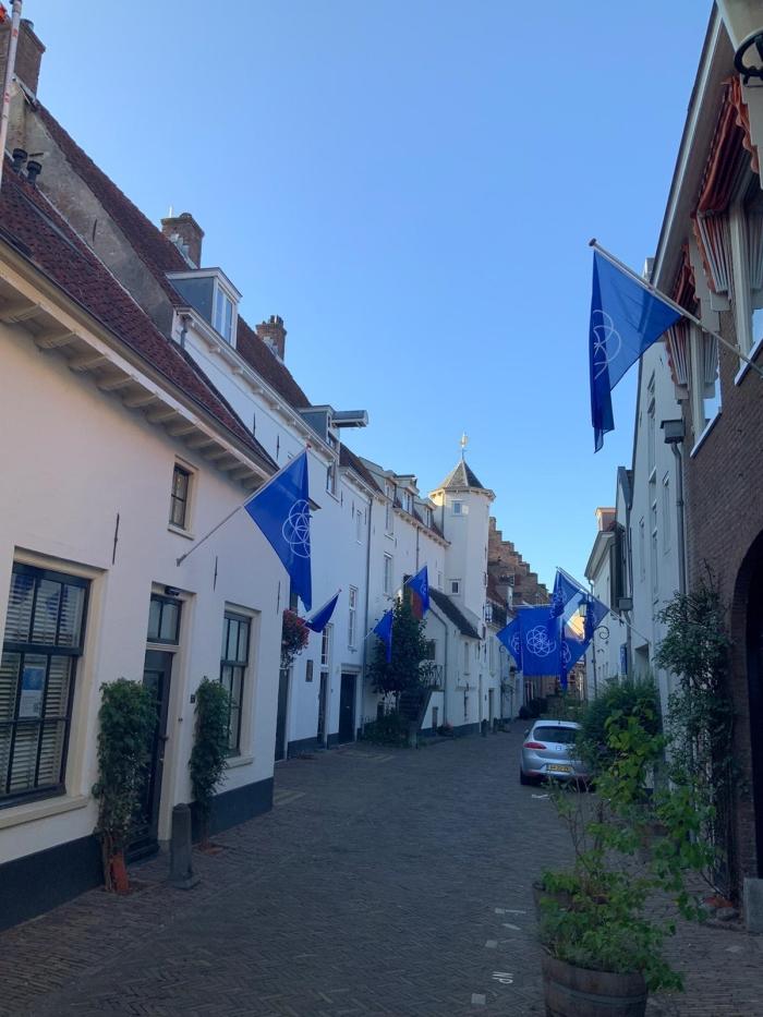 Een foto vanaf de Muurhuizen 40 richting Groot Tinnenburg, versiert met vlaggen van de aarde Floor Elbertse © BDU media